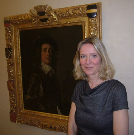 Anja Sevcik in front of Frans Hals´ Portrait of Jaspar Schade